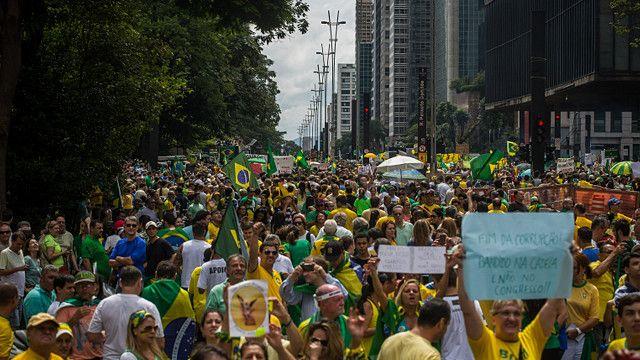 """En São Paulo ocurre la mayor manifestación, con 580.000 personas según la policía. Entre los participantes en todo el país hay desde quienes reclaman el fin de la corrupción hasta los que promueven una """"intervención militar""""."""