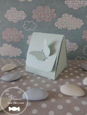 Elégante pochette à dragées mariage bleu pastel nacré, fermée par un joli papillon, vendue en tout inclus à petit prix http://www.maison-des-delices.fr/detail3-kit-dragees-mariage-tout-inclus-a-petit-prix-274