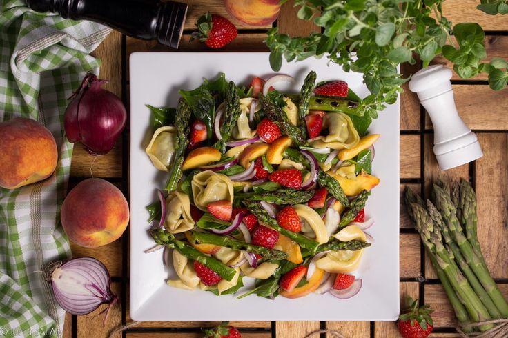 KOLOROWO - PIEROŻKOWO. Sałatka ze szpinakiem, tortelloni, szparagami, czerwoną cebulą, brzoskwiniami i truskawkami.