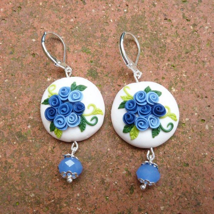 Orecchini con rose azzurra celeste e blu e perlina azzurra in fimo fatto a mano