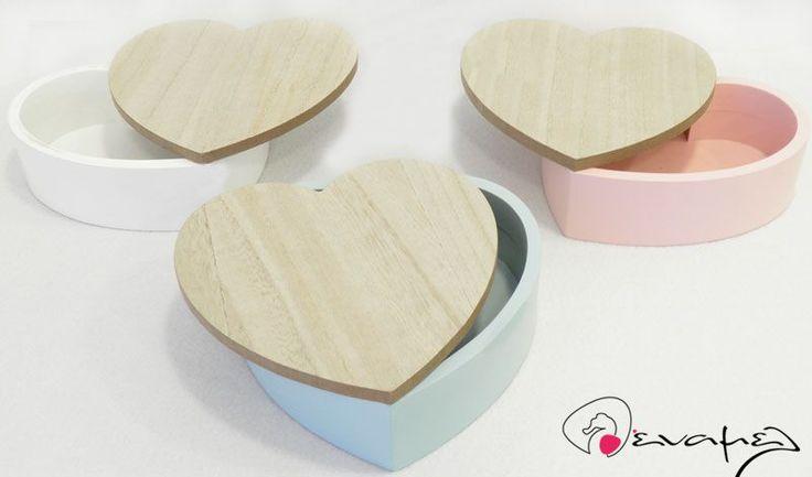 Ξύλινο Κουτί για Μαρτυρικών σε σχήμα Καρδούλας. Διαθέσιμο σε τρία χρώματα.  Διαστάσεις :18cm x 18cm, 6cm ΥΨΟΣ