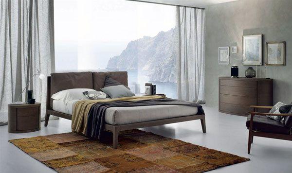 На фотографии спальня фабрики Alf+Da Fre каталог Letti модель Dorian кровать из дуба Tabacco с подушками обитыми кожей Vintage