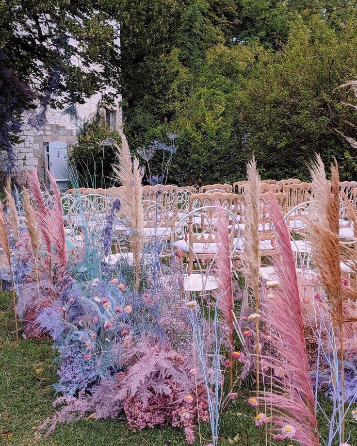 Rosa blaue und lila Hochzeitsgangblumen | Modernes Blumenmuster   – Wedding Flowers Ideas