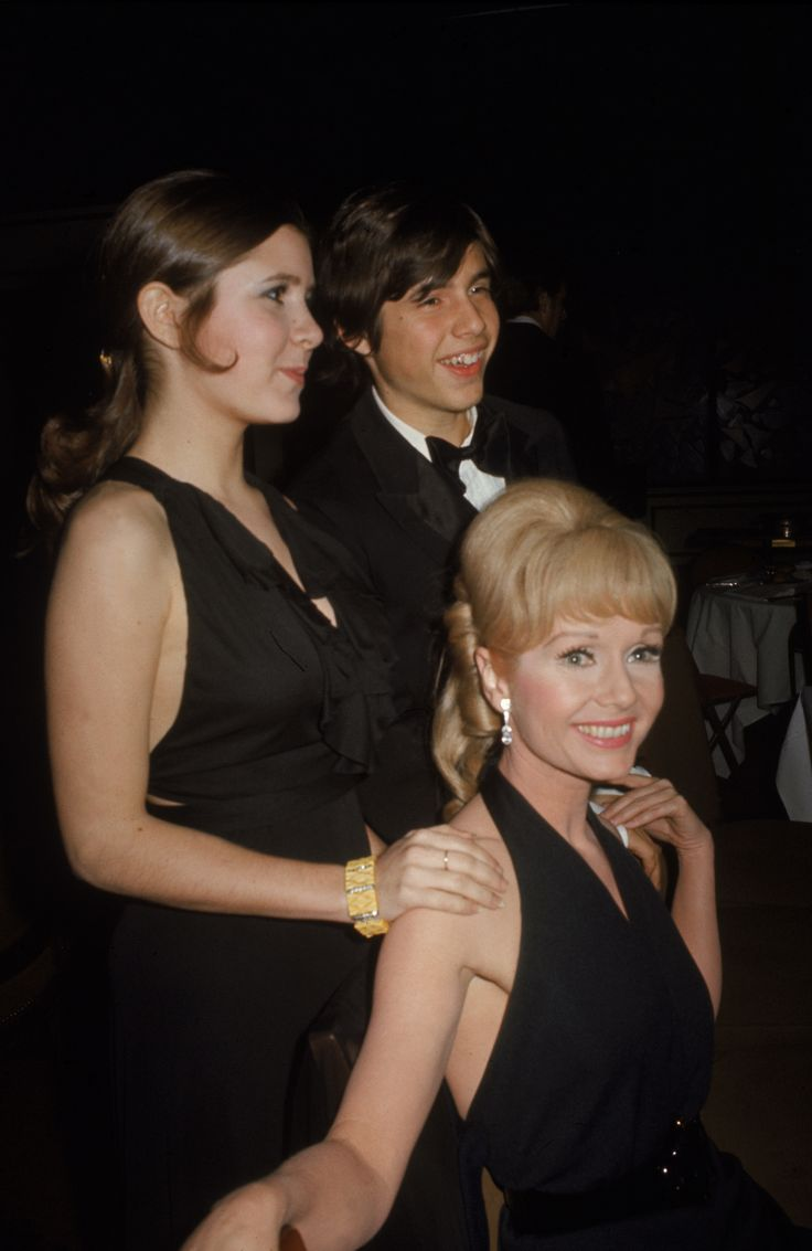 American actress Carrie Fisher (left) stands with her mother and co-star singer Debbie Reynolds, and her brother Todd Fisher at the premiere party for their new play 'Irene,' at Raffles, New York, March 13, 1973. The show ran at the Minskoff Theatre from March 13, 1973 to September 8, 1974. (Photo by Tim Boxer/Getty Images) via @AOL_Lifestyle Read more…
