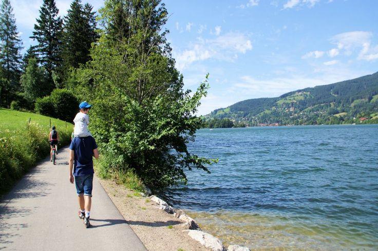 Schliersee Seerundweg und Baumerlebnispfad. Familienausflug in Nähe von München. Kinderwagenfreundlich. Mit Spielplätzen.