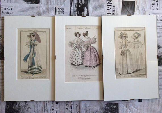 Drie originele mode platen kostuums Parisiens 1823, goede conditie en fantastische pastel kleuren. Voor een kleedkamer, fijn gedetailleerd