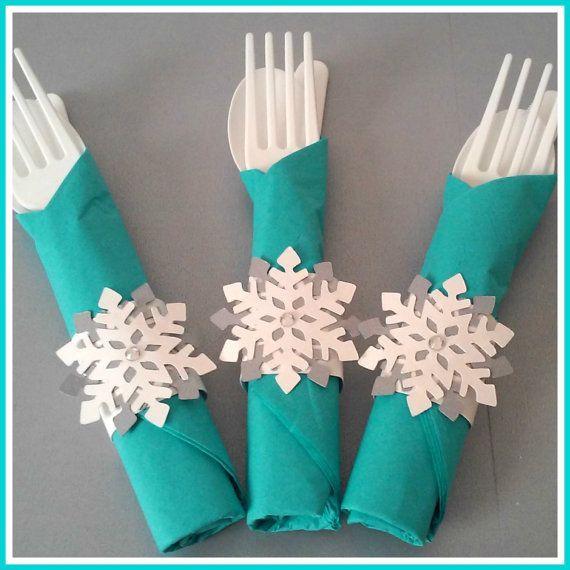 Los detalles, ya sean cubiertos decorados, botellitas de agua o vasos para botanalucirán mucho en tu fiesta y son simples. #Frozen frozen-cubietos