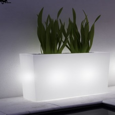Il vaso luce Schio Cassa Alta presenta una sagoma lineare. Impreziosito dall'elemento luce è in grado di conferire all'ambiente circostante un'atmosfera calda ed accogliente.