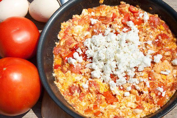 Αυγά με ντομάτες. Μια συνταγή για 'Καγιανά' ή 'Στραπατσάδα' που θυμίσει τις παλιές εποχές της γιαγιάς μας. Νόστιμο, εύκολο και γρήγορο φαγητό που μπορείτε