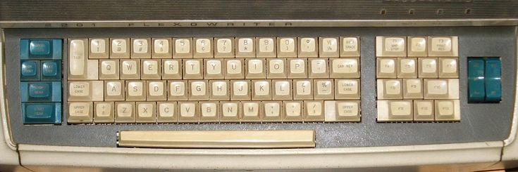 Por qué los teclados tienen 12 teclas de función?  Los primeros teclados del IBM PC y del IBM XT disponían de 10 teclas de función a pesar de que en 1965 la empresa Singer/Friden había lanzado Flexowriter Programatic un ordenador (o más bien una máquina de escribir programable) que tenía 13 teclas de función:    El teclado del modelo XT tal como se presentó:  Y este era el teclado del modelo AT:  Las 12 teclas aparecieron en el modelo del teclado mejorado de IBM AT (a menudo llamado teclado…