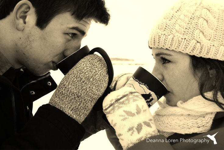 Winter couple picture ideas | Snowy engagement picture ideas | Mugs & mittens | Deanna Loren Photography