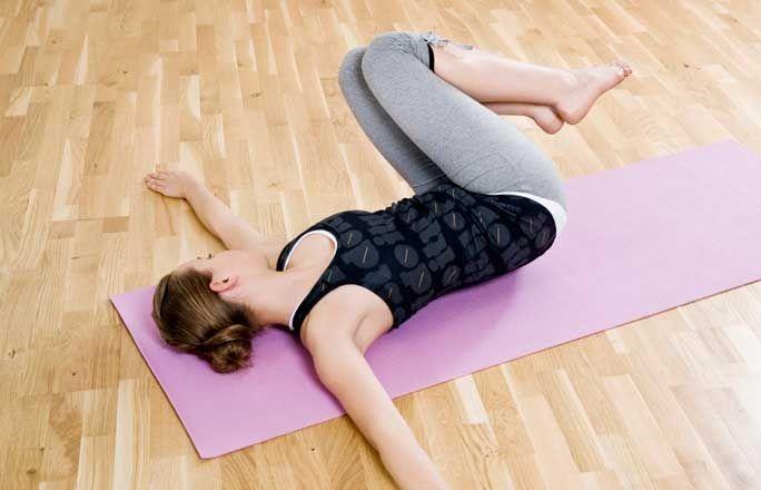 Seitrolle - Die besten Übungen für die Taille - Eine tolle Übung für die schrägen Bauchmuskeln und die Taille. So geht's: Legen Sie sich auf den Rücken und strecken Sie die Arme auf Schulterhöhe gerade aus. Heben Sie die Beine angewinkelt an, der Bauch ist fest...