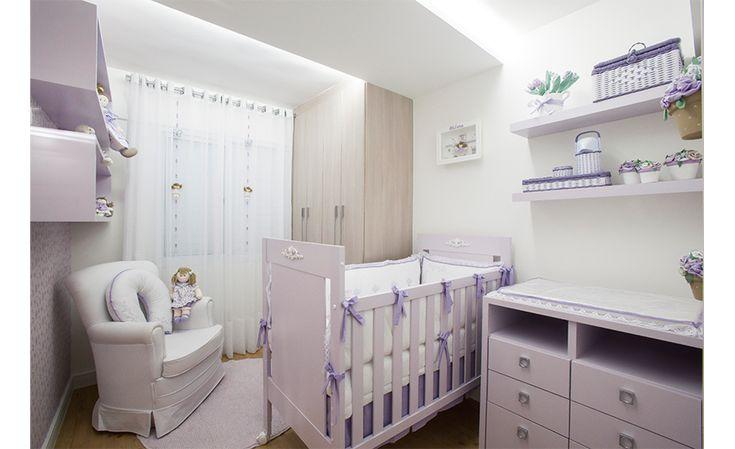 Quarto romântico e delicado com floral lilás. Decoração totalmente personalizada com nichos, bonecas e quadros. O berço, cômoda e nichos foram pintados em laca suavemente lilás.
