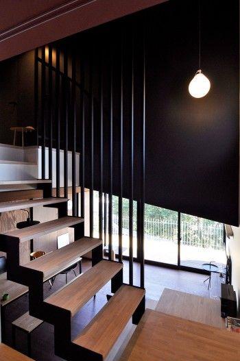 和室からLD方向を見下ろす。階段の手すりは和室からの見え方を考えて縦向きのデザインに。