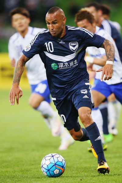 Archie Thompson Photos Photos - Archie Thompson of the Victory runs with the ball during the AFC Champions League match between Melbourne Victory and Gamba Osaka at AAMI Park on May 3, 2016 in Melbourne, Australia. - AFC Champions League - Melbourne Victory v Gamba Osaka