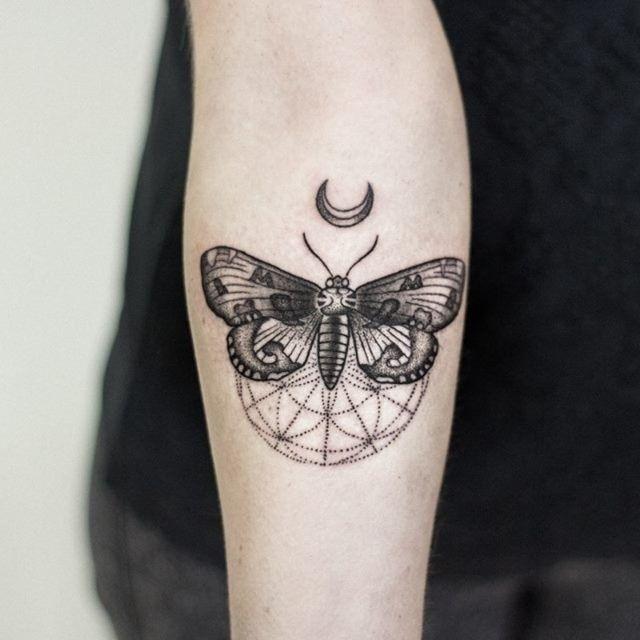 die besten 25 motten tattoo ideen auf pinterest schwarze schmetterlingst towierung blumen. Black Bedroom Furniture Sets. Home Design Ideas