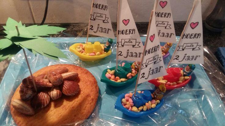 Traktatie gemaakt voor mijn dochters 2e verjaardag. Voor de kinderen: een badbootje (5 stuks voor €0,79 bij de Action) gevuld met 'Manna fruitfeest' (gepofte rijst) en een Pietje van chocolade. Het zeil heb ik gemaakt van eetbaar papier. Als je de satéprikker nat maakt, blijft het papier er aan plakken. Voor de gastouder: een eiland van boterkoek met zeebanketbonbons!