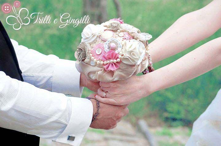 Sposi il giorno del loro matrimonio con in mano il bouquet alternativo rosa e beige. Bridal bouquet pink and beige. Vuoi anche tu un bouquet così? Vai su: www.trilliegingilli.com