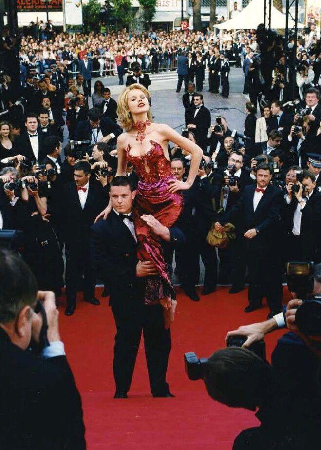 Актрисы часто сетуют на то, что индустрия заставляет их стремиться к недостижимому физическому совершенству, и у них есть веские причины для недовольства: процент юных и неприлично прекрасных моделей среди гостей премьер постоянно увеличивается. Красная дорожка Каннского международного кинофестиваля не исключение. Модельный крен списков приглашенных случился не только и не столько потому, что организаторы премьер тянутся к прекрасному. В недавнем материале The New York Times, посвященном…