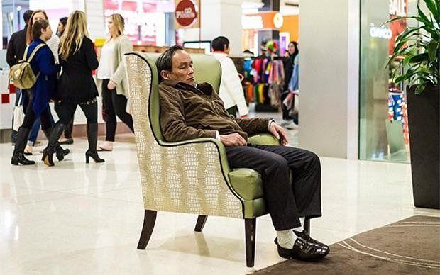 In dem Instagram Account @miserable_men haben User Bilder von erschöpften Männern in Malls weltweit gesammelt. Sie ähneln sich alle sehr – die Männer und auch die Einkaufszentren. Unten mehr davon