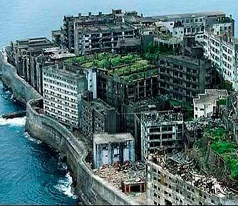 Isla de Hashima La isla de Hashima, es quizás con Chernóbil, la ciudad fantasma del mundo más impresionante.Su historia es corta, pero tiene de todo, progreso, riqueza, miseria, esclavitud y muerte.También se la conoce como Gunkamjima, que significa Isla del Acorazado, ya que, por su forma, tamaño y estructura, parece uno de estos buques