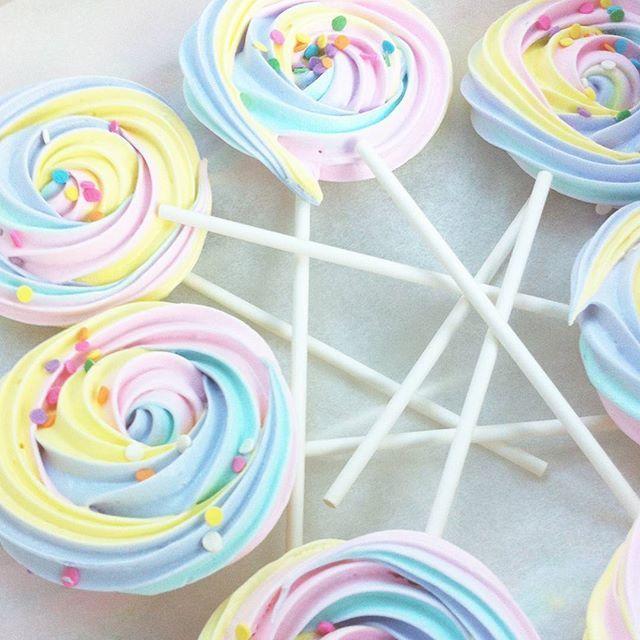 #rainbowmeringues #rainbow #rainbows #meringue #unicornparty #melbournefood #meringuepops #meringuepop #cutefood #lollipop #confetti #pastel