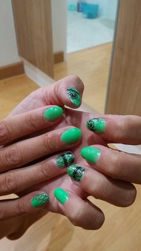 Nailpolish art, green and black. Cool Summernails!