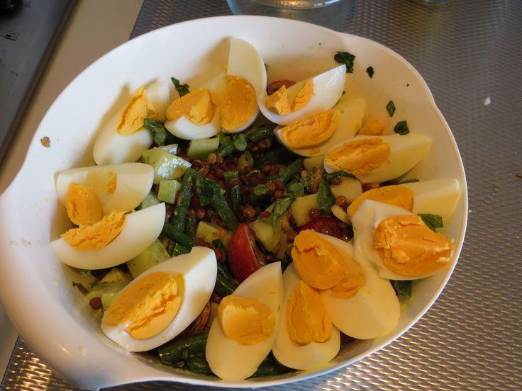 Heerlijke salade met sperziebonen en linzen (groene linzen uit blik). Daarbij komkommer, tomaten, rode ui, olijfolie en citroen. En onmiskenbaar de eieren! Lekker voedzaam.