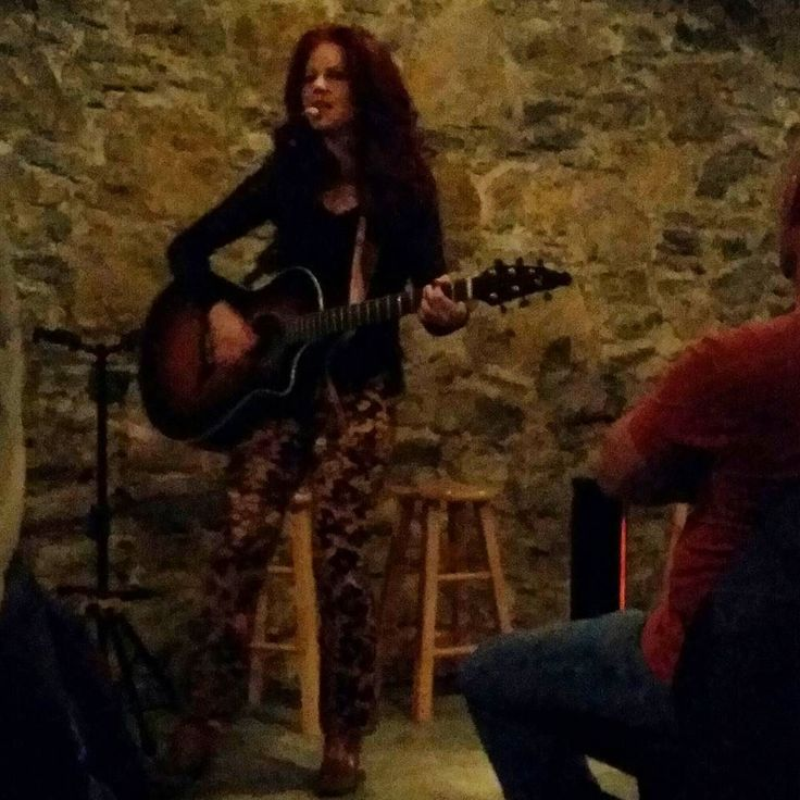 Listening to the #incredible #talent of Amanda Williams in a basement on an offshoot #Nashville highway somewhere  @amandacolleenwilliams #ACW #singersongwriter #tennessee #nashvillenights #amandacolleenwilliams