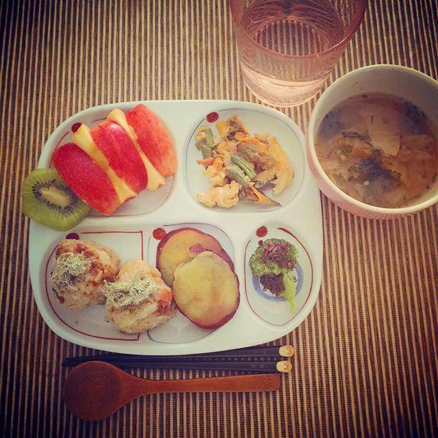 2016/11/03 11:24:29 honeycinnamontea Daughter's breakfast 6:30 am 空はまだ薄暗い中の娘の朝ごはん。 #和食 #ワンプレート朝ごはん #こどもごはん #朝 #breakfast #おにぎり #foodstagram #おうちごはん #いってらっしゃい #japanesefood #organicfood #味噌汁 #卵焼き #豆 #ブロッコリー #egg #健康 #さつまいも #りんご #発酵 #ぬか漬け #さつまいも #黒豆 #梅干し #健康