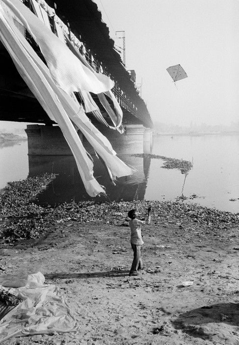 John Vink - India. Delhi. 12/12/1996: Kite at the Old Yamuna Bridge. The bridge is the main passage possibility for the commuters coming from the other side of the river and working in Old Delhi.
