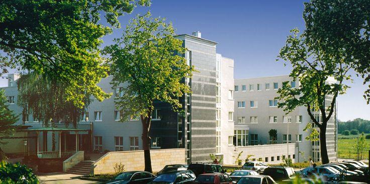 Außenansicht des Wienecke XI. Hotel Hannover   Hildesheimer Straße 380   30519 Hannover   Tel.: 0511 / 12 611 0   Fax: 0511 / 12 611 511   E-Mail: reservierung@wienecke.de   www.wienecke.de