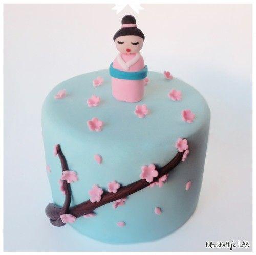 Una romantica torta in stile Giappone per rallegrare la vostra estate. Per iniziare vi serve una torta coperta con pasta di zucchero azzurro chiaro e della pasta di zucchero nei seguenti colori: marrone, rosa, bianca, blu, nera, rossa. 1. Iniziate a modellare il ramo di ciliegio; con la...