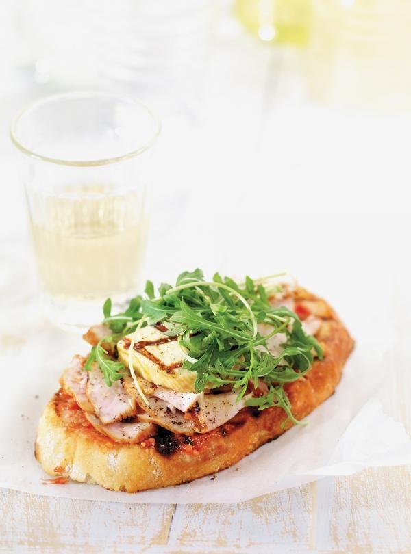Recette de Ricardo de Sandwich méditerranéen au poulet et au fromage grillé