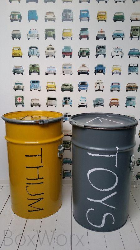 Stoere opbergers. Opbergvaten waar heel veel speelgoed in opgeborgen kan worden! 60cm hoog en 40cm diameter.