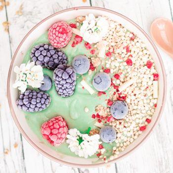 vegane Mermaid Smoothie Bowl mit der Kraft der Spirulina-Alge, Avocado & einem Hauch Kokosnuss - gesund, lecker & wunderschön!