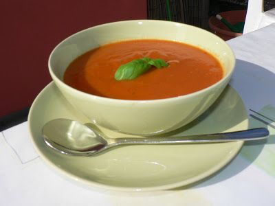 Was de tomaten, domel ze eventueel 1 minuut onder in kokend water om de tomaat te ontvellen Snij de tomaten in vieren. Pel de knoflook en snij grof in stukjes. Doe de tomaten, knoflook, het water en de groentebouillonblokjes in de soupmaker en zet deze aan op het programma gladde soep. Wanneer het programma klaar …