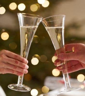 Una de las costumbres más arraigadas en cualquier celebración es la de beber champagne o cava. Este vino espumoso es imprescindible en cualquier evento. Conozcamos su historia. http://www.alotroladodelcristal.com/2011/12/el-champagne-y-el-cava-su-historia.html
