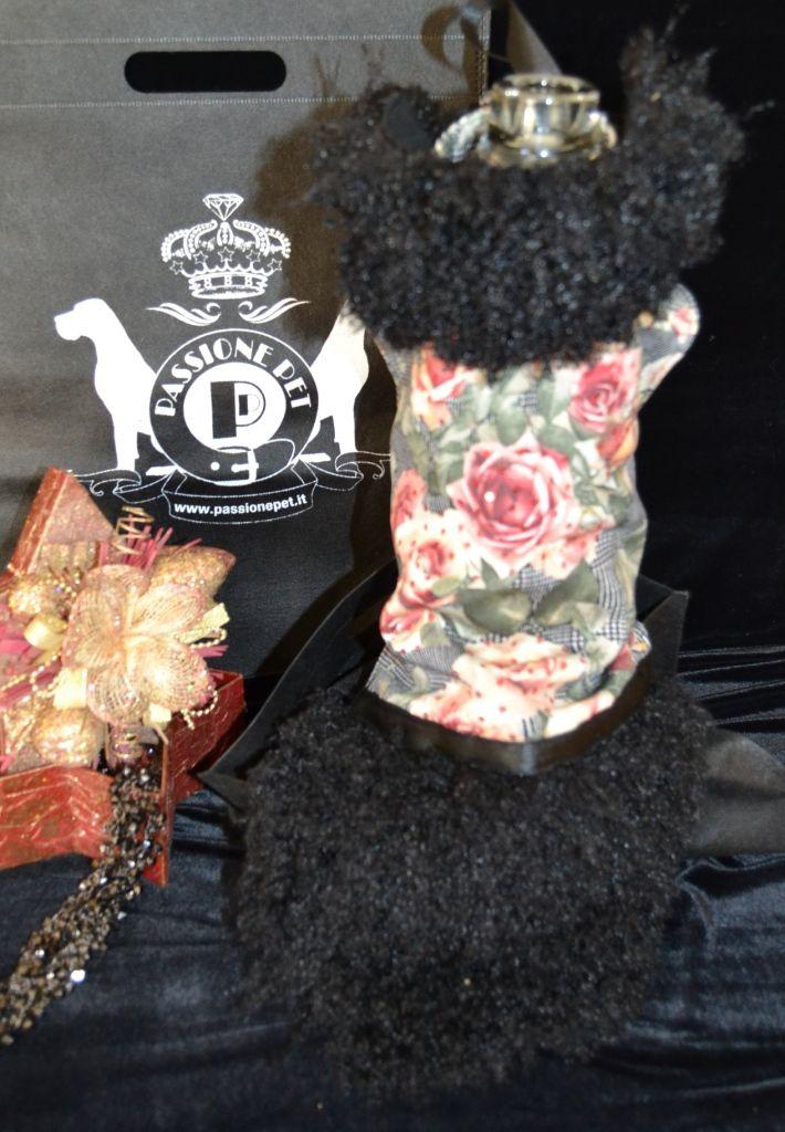 VITA cappottino per lei SMALL, LONG e GIANT elegante cappottino con collo in pelliccia staccabile realizzato in pregiato tessuto Principe di Galles stampato, arricchito con ricamo di paillettes, rivestito internamente con pile e ornato con pelliccia, disponibile per cani taglia long nelle misure S.L, M.L, L.L, XL.L., per cani taglia long nelle misure S.L, M.L, L.L, XL.L., per cani taglia Giant nelle misure XXL, 3XL, 4XL, 5XL, 6XL, 7XL.