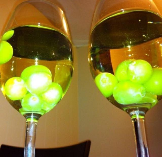 Замороженный виноград охлаждает алкогольные напитки лучше, чем лед. Виноградинки не превращаются в воду и не разбавляют алкоголь! Сделай запас замороженного винограда для следующей вечеринки.замороженный виноград