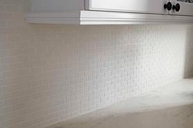 Install a Backsplashこうやってキッチンの壁は貼るのねキッチンの壁の呼び方はバックスプラッシュなのね✨これをDIY でやるからメジの汚れも気にならないのねワオ‼