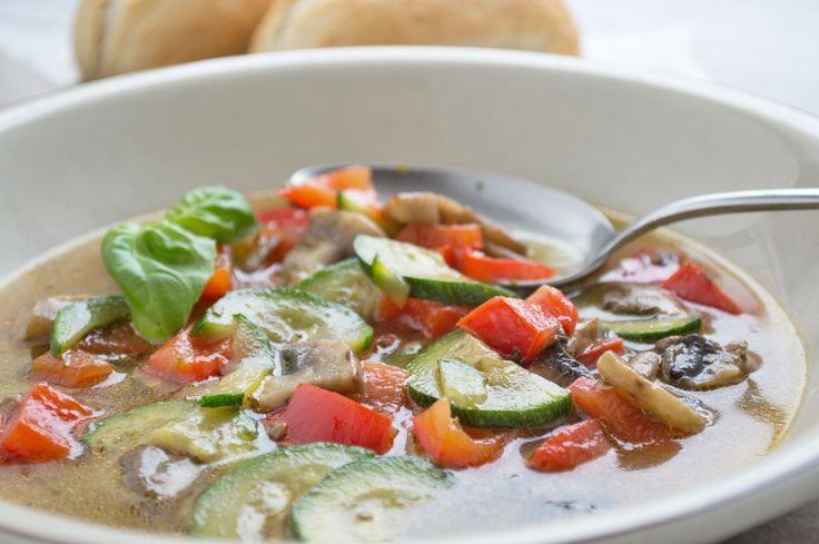 Nach einem Schlemmerwochenende ist am Montag oder Dienstag Diät angesagt. Da passt das Rezept von der leichten Gemüsesuppe.