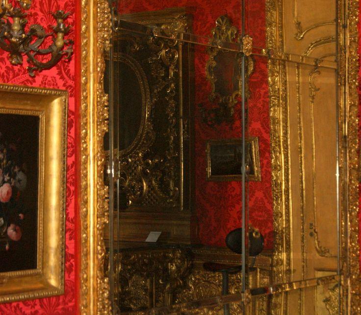 Specchiera sulla parete della Camera di Madama Reale. Palazzo Madama - Torino. Questi enormi specchi formati da più pannelli erano originariamente applicati al posto delle finestre e riflettevano la luce artificiale. #rifmadama