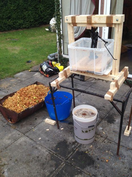 making your own cider -- including plans for a build-it-yourself press!