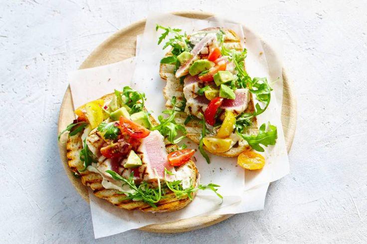 Kijk wat een lekker recept ik heb gevonden op Allerhande! Gegrilde witte tonijn met avocadosalade