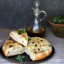 sweet home Wieso nicht schnell eine Focaccia backen? Alles was Sie dazu brauchen in ein fertiger Pizzateig. Kneten Sie ihn zu einer Focaccia. Diese mit Salz und Rosmarin würzen und mit gutem Olivenöl beträufeln. Backen Sie die Focaccia im heissen Ofen bei 200 Grad ca. 15 Minuten.