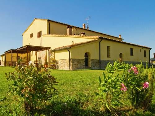 Villa novia Volterra Set in Pomarance, Villa novia offers self-catering accommodation with free WiFi. You can relax by the seasonal outdoor pool in the garden in fair weather.  Siena is 35 km from Villa novia, while San Gimignano is 19 km from the property.