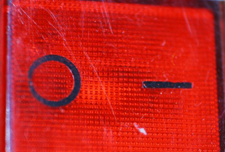 Vörösen izzó kapcsoló: http://www.villanyszerelesazonnal.hu/villanyszerelo-budapest-kapcsolat.html