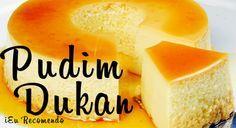 Pudim Dukan. Ingredientes do Pudim: - 1 envelope de gelatina em pó sem sabor; - 1 lata de leite condensado Dukan (receita abaixo); - 2 latas de creme de leite light; - 1 colher de sopa de essência de baunilha; - ½ xícara de leite desnatado morno.  Modo de preparo do Pudim Primeiramente dissolva a gelatina no leite morno. Leve todos os demais ingredientes ao liquidificador e bata por 4 minutos. Coloque na forma, sobre a calda. Leve a geladeira por 8hs ou freezer por 45 min.