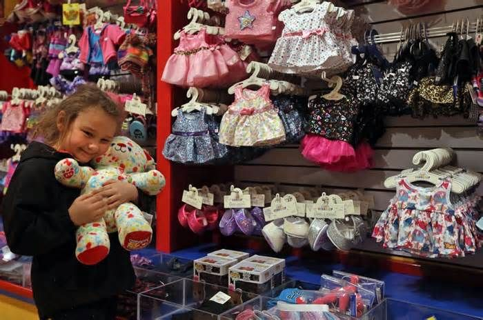 Build-A-Bear chasing growth in tourist spots amid real estate overhaul Several parents with their kids in tow trekked through the St. Louis Science Center on a recent afternoon, arms laden with multiple cardboard boxes carrying Build-A-Bear stuffed dinosaurs. The Science Center store sells dinosaurs and other stuffed animals ...